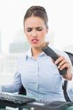 επιχειρηματίας brunette που κλείνει το τηλέφωνο το τηλέφωνοη Στοκ εικόνες με δικαίωμα ελεύθερης χρήσης