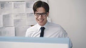 Επιχειρηματίας Deligent που χαίρεται για το PC στη θέση εργασίας 4K απόθεμα βίντεο