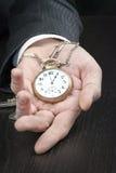 Επιχειρηματίας Displying Pocketwatch Στοκ φωτογραφία με δικαίωμα ελεύθερης χρήσης