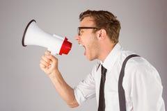 Επιχειρηματίας Geeky που φωνάζει μέσω megaphone Στοκ φωτογραφία με δικαίωμα ελεύθερης χρήσης