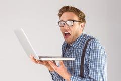 Επιχειρηματίας Geeky που χρησιμοποιεί το lap-top του Στοκ φωτογραφία με δικαίωμα ελεύθερης χρήσης