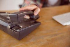 Επιχειρηματίας Hipster που απαντά στο τηλέφωνο Στοκ φωτογραφία με δικαίωμα ελεύθερης χρήσης