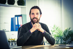 Επιχειρηματίας Hipster που εξετάζει τη κάμερα Στοκ Εικόνες