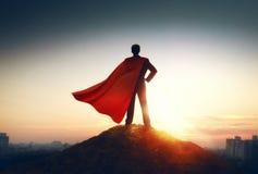Επιχειρηματίας Superhero που εξετάζει την πόλη στοκ φωτογραφία