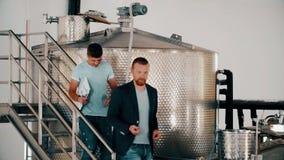 Επιχειρηματίας winemaker και κρασί παραγωγής ελέγχου τεχνικών στην οινοποιία απόθεμα βίντεο