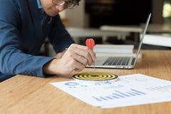 Επιχειρηματίας & x27 βέλος εκμετάλλευσης χεριών του s που χτυπά στον επιχειρησιακό στόχο Στοκ εικόνα με δικαίωμα ελεύθερης χρήσης