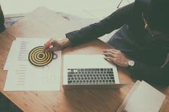 Επιχειρηματίας & x27 βέλος εκμετάλλευσης χεριών του s που χτυπά στον επιχειρησιακό στόχο Στοκ Εικόνες