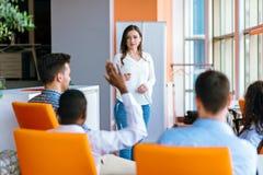 Επιχειρηματίες αφροαμερικάνων που αυξάνουν εκεί το χέρι επάνω σε μια διάσκεψη για να απαντήσει σε μια ερώτηση Στοκ φωτογραφία με δικαίωμα ελεύθερης χρήσης