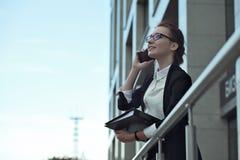 Επιχειρηματίες - γυναίκα στο έξυπνο τηλέφωνο, Στοκ Φωτογραφίες