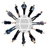 Επιχειρηματίες γύρω από τον παγκόσμιο χάρτη στοκ εικόνες με δικαίωμα ελεύθερης χρήσης
