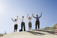 Επιχειρηματίες ενθαρρυντικοί στην έρημο στοκ φωτογραφία