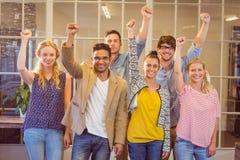 Επιχειρηματίες ενθαρρυντικοί στη κάμερα Στοκ φωτογραφία με δικαίωμα ελεύθερης χρήσης