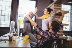 Επιχειρηματίες ενθαρρυντικοί στο γραφείο υπολογιστών Στοκ Εικόνες