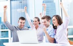 Επιχειρηματίες ενθαρρυντικοί στο lap-top στοκ φωτογραφίες με δικαίωμα ελεύθερης χρήσης