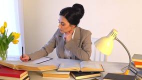 Επιχειρηματίες επαφών που απασχολούνται στα έγγραφα πληροφοριών γραψίματος φιλμ μικρού μήκους