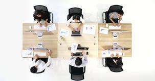 6 επιχειρηματίες κάνουν τις εργασίες από τους υπολογιστές απόθεμα βίντεο