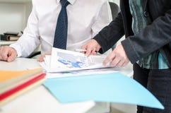 Επιχειρηματίες και ένας συνάδελφος που εργάζεται από κοινού Στοκ Εικόνες