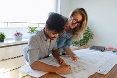 Επιχειρηματίες και αρχιτέκτονες που εργάζονται στο πρόγραμμα από κοινού Στοκ Φωτογραφίες