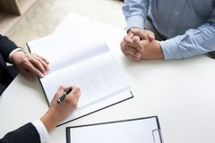 επιχειρηματίες και δικηγόροι που συζητούν τα έγγραφα συμβάσεων που κάθονται το α Στοκ φωτογραφία με δικαίωμα ελεύθερης χρήσης