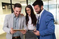 Επιχειρηματίες και επιχειρηματίας που χρησιμοποιούν την ταμπλέτα στην αρχή Στοκ εικόνες με δικαίωμα ελεύθερης χρήσης