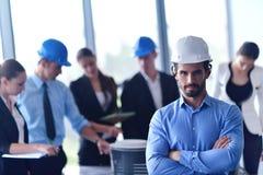 Επιχειρηματίες και μηχανικοί στη συνεδρίαση στοκ φωτογραφία με δικαίωμα ελεύθερης χρήσης