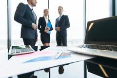 Επιχειρηματίες και οικονομικές εκθέσεις Στοκ φωτογραφία με δικαίωμα ελεύθερης χρήσης