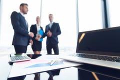 Επιχειρηματίες και οικονομικές εκθέσεις Στοκ Εικόνες
