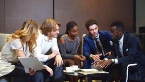 Επιχειρηματίες και επιχειρηματίες που εργάζονται μαζί σε ένα έγγραφο απόθεμα βίντεο