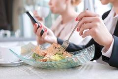 Επιχειρηματίες κατά τη διάρκεια ενός επιχειρησιακού μεσημεριανού γεύματος στοκ εικόνες