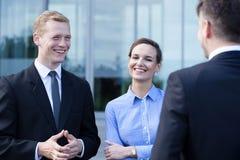 Επιχειρηματίες κατά τη διάρκεια της μικρής συζήτησης στοκ φωτογραφία