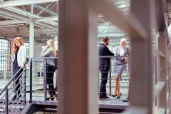 Επιχειρηματίες κατά τη διάρκεια του σπασίματος εργασίας στοκ φωτογραφία