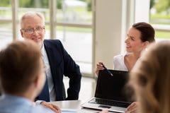 Επιχειρηματίες με τη συνεδρίαση των lap-top στην αρχή Στοκ Εικόνες