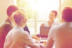 Επιχειρηματίες με τη συνεδρίαση των lap-top στην αρχή Στοκ Εικόνα