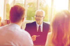 Επιχειρηματίες με τη συνεδρίαση των lap-top στην αρχή Στοκ φωτογραφία με δικαίωμα ελεύθερης χρήσης