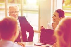 Επιχειρηματίες με τη συνεδρίαση των lap-top στην αρχή Στοκ φωτογραφίες με δικαίωμα ελεύθερης χρήσης