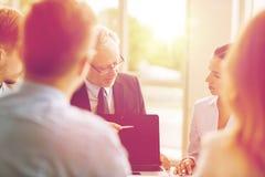 Επιχειρηματίες με τη συνεδρίαση των lap-top στην αρχή Στοκ εικόνες με δικαίωμα ελεύθερης χρήσης