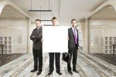 Επιχειρηματίες με το κενό έμβλημα Στοκ φωτογραφία με δικαίωμα ελεύθερης χρήσης