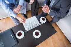 Επιχειρηματίες με το lap-top και το ημερολόγιο Στοκ φωτογραφία με δικαίωμα ελεύθερης χρήσης