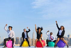 Επιχειρηματίες μπροστά από τον ορίζοντα πόλεων της Νέας Υόρκης στοκ εικόνα με δικαίωμα ελεύθερης χρήσης
