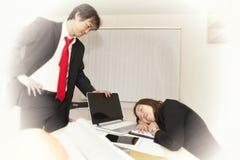 Επιχειρηματίες νυσταλέες και που κουράζονται από να εργαστεί σκληρά Στοκ Εικόνες