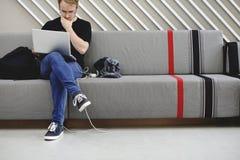 Επιχειρηματίες ξεκινήματος που εργάζονται στο lap-top Στοκ φωτογραφία με δικαίωμα ελεύθερης χρήσης