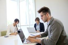Επιχειρηματίες ξεκινήματος στο γραφείο στοκ φωτογραφίες