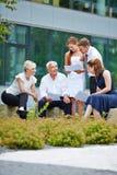 Επιχειρηματίες που έχουν να συναντήσει υπαίθρια Στοκ Εικόνες