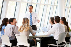 Επιχειρηματίες που έχουν τη συνεδρίαση Συμβουλίου στο σύγχρονο γραφείο Στοκ Εικόνες
