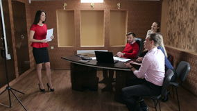 Επιχειρηματίες που έχουν τη συνεδρίαση Συμβουλίου στο σύγχρονο γραφείο απόθεμα βίντεο