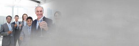 Επιχειρηματίες που έχουν το κόμμα εορτασμού διασκέδασης με τη μετάβαση Στοκ Φωτογραφίες