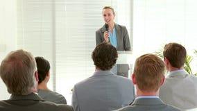 Επιχειρηματίες που ακούνε κατά τη διάρκεια της διάσκεψης απόθεμα βίντεο