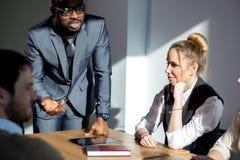 Επιχειρηματίες που ακούνε παρουσίαση ομιλητών μάρκετινγκ την επαγγελματική αφρικανική στοκ φωτογραφία με δικαίωμα ελεύθερης χρήσης
