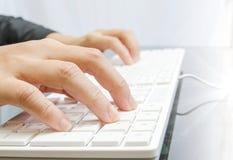 Επιχειρηματίες που δακτυλογραφούν στο πληκτρολόγιο υπολογιστών Στοκ Εικόνα