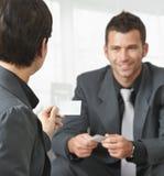 Επιχειρηματίες που αλλάζουν τις κάρτες Στοκ εικόνες με δικαίωμα ελεύθερης χρήσης